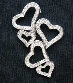 Jewelry catcher wholesale brooch jewelry -- Fashion brooch motif hearts with multi mini cz
