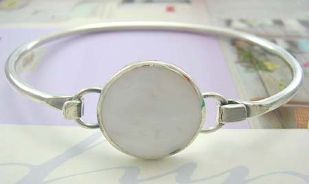 Collective jewelry bangle inspired with seashell wholesaler distribute sterling sivler bangle with rounded white mother of pearl in middle